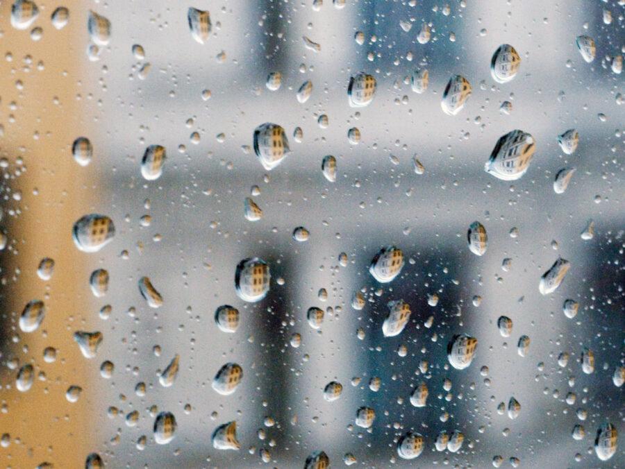 Regentropfen: F#001 aus der Serie Fenster zu Straße