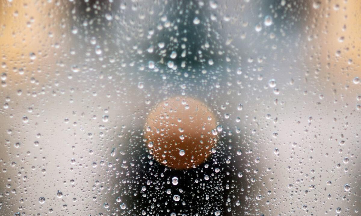 Regentropfen: F#002 aus der Serie Fenster zu Straße
