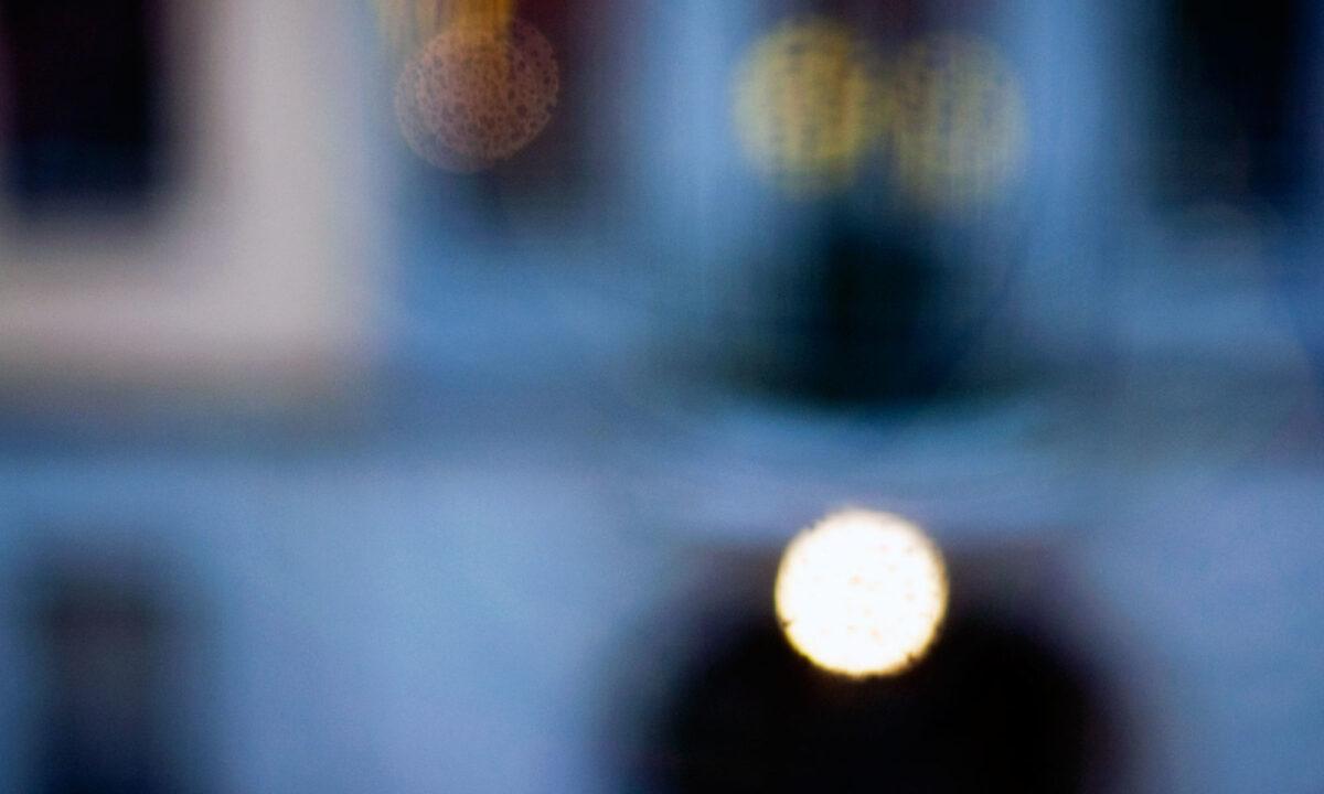 Fotografie, das wie wie ein Gemälde aussieht: F#003 aus der Serie Fenster zu Straße