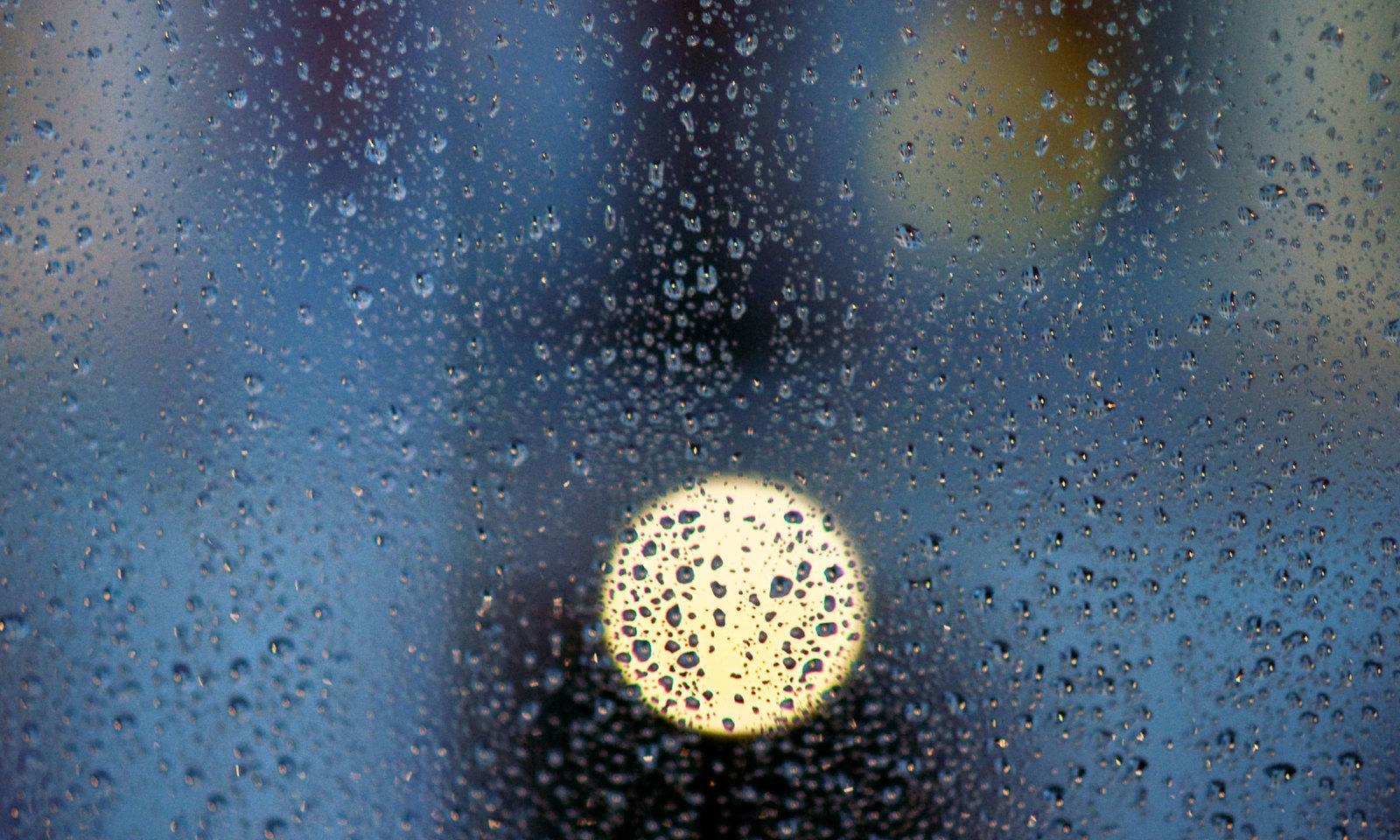 Regentropfen: F#004 aus der Serie Fenster zu Straße