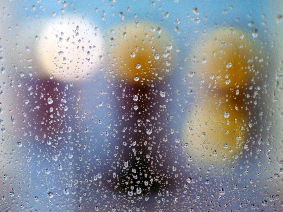 Regentropfen: F#005 aus der Serie Fenster zu Straße