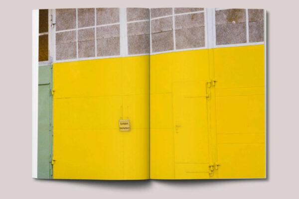 Gelbes Garargentor aus dem Fotobuch Stralsund / Farbfragmente